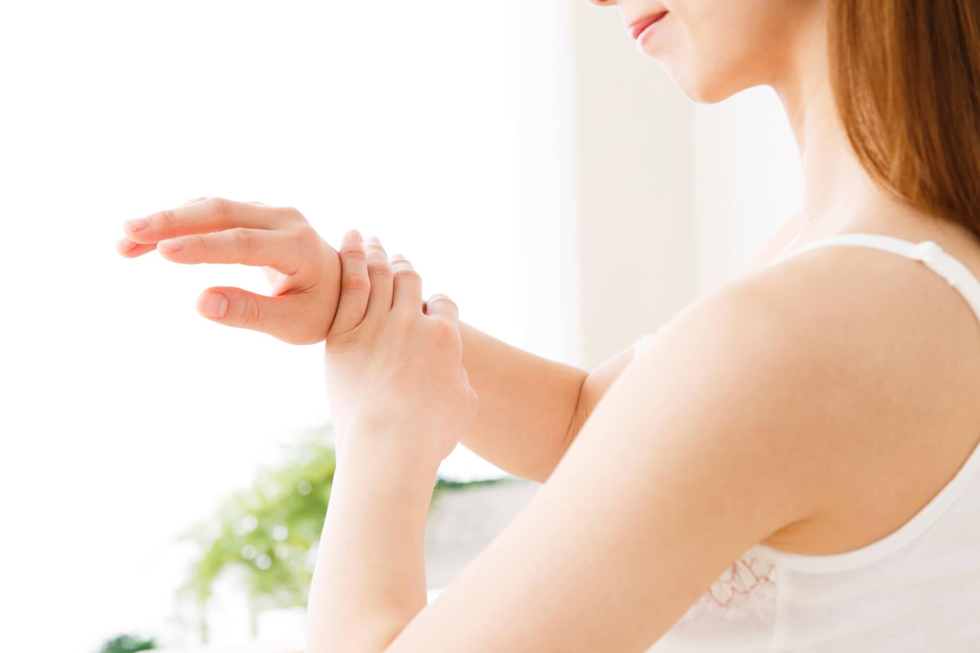 腕に触れる女性
