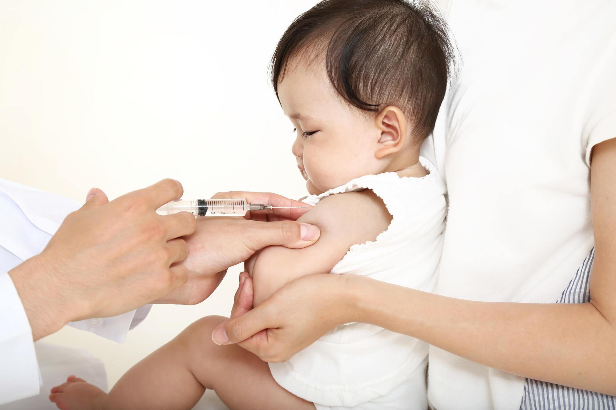 注射される赤ちゃん