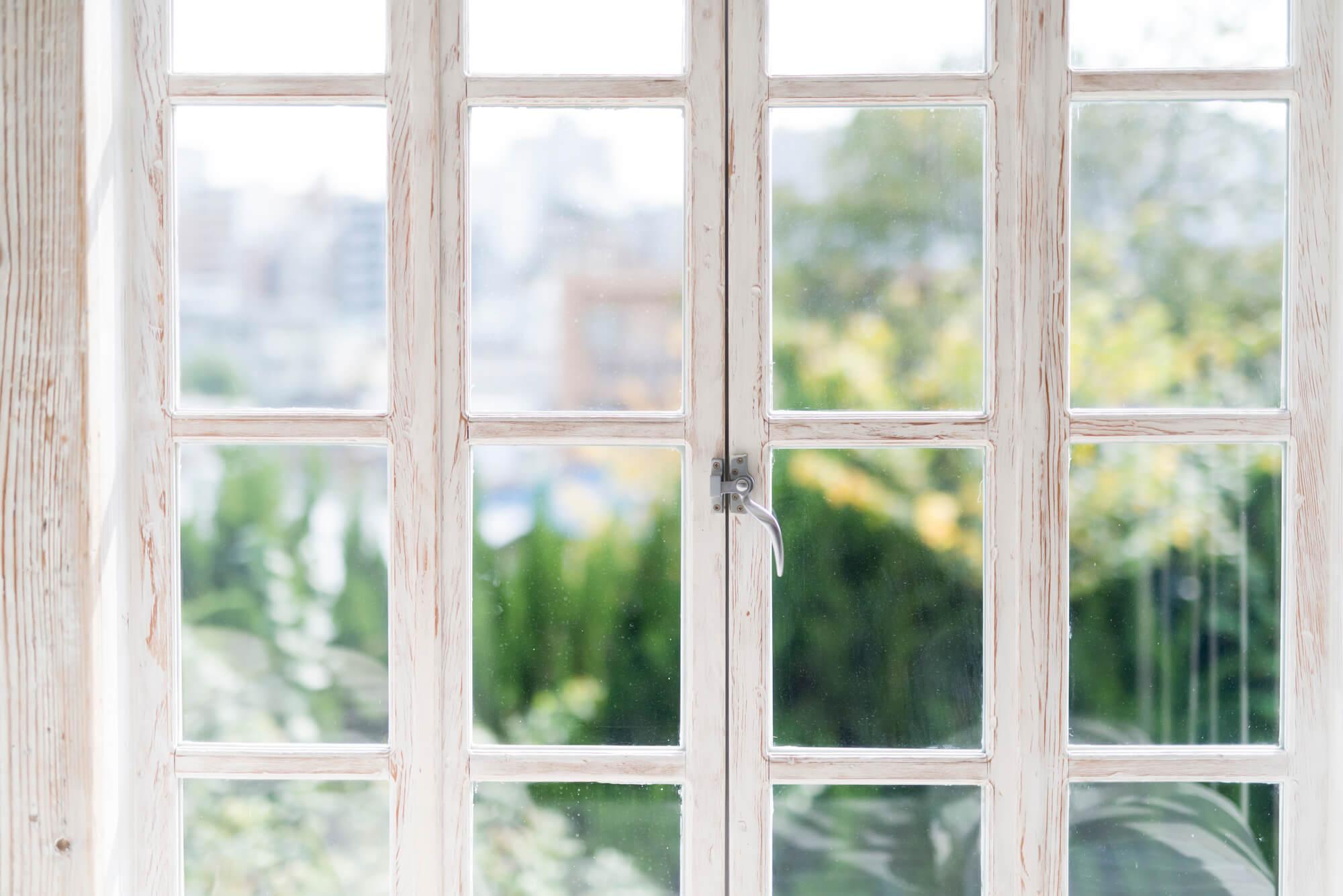 一瞬でピカピカに!手を濡らさずに窓ガラスを磨く方法
