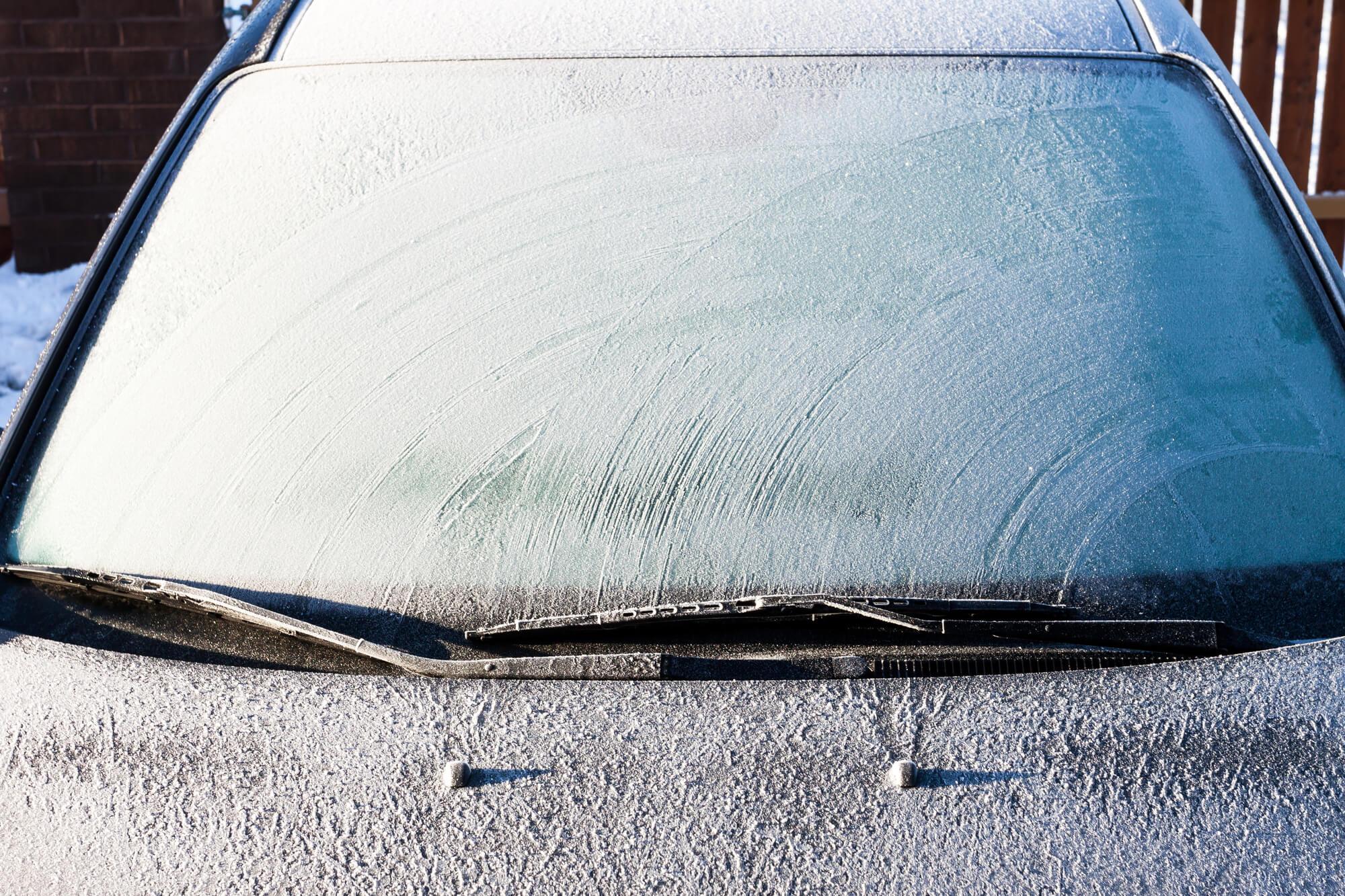 エタノールが効果的!?凍結した自動車のフロントガラスを一瞬で溶かす方法