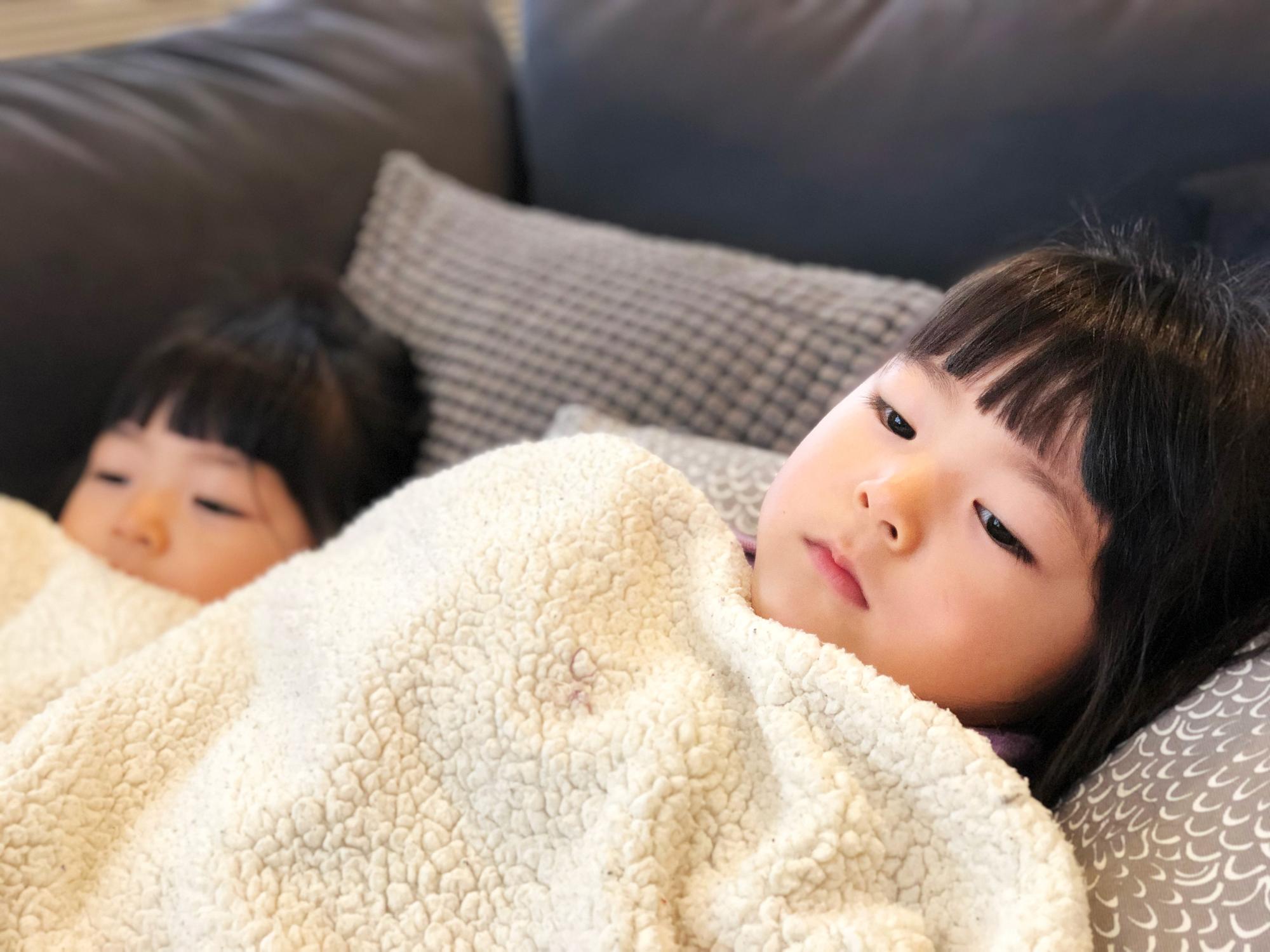毛布にくるまる子ども