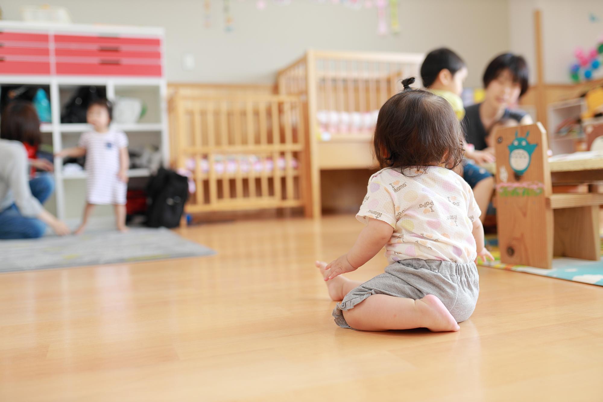 保育園で遊んでいる子ども