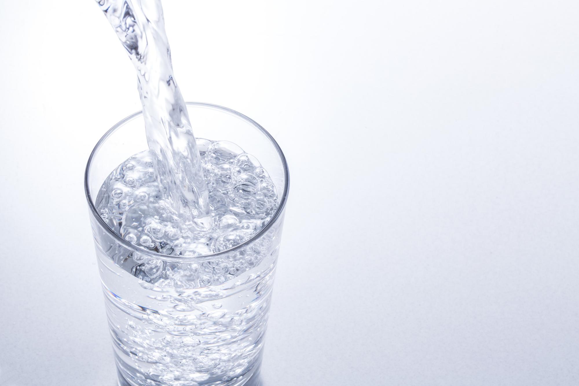 水が注がれるコップ