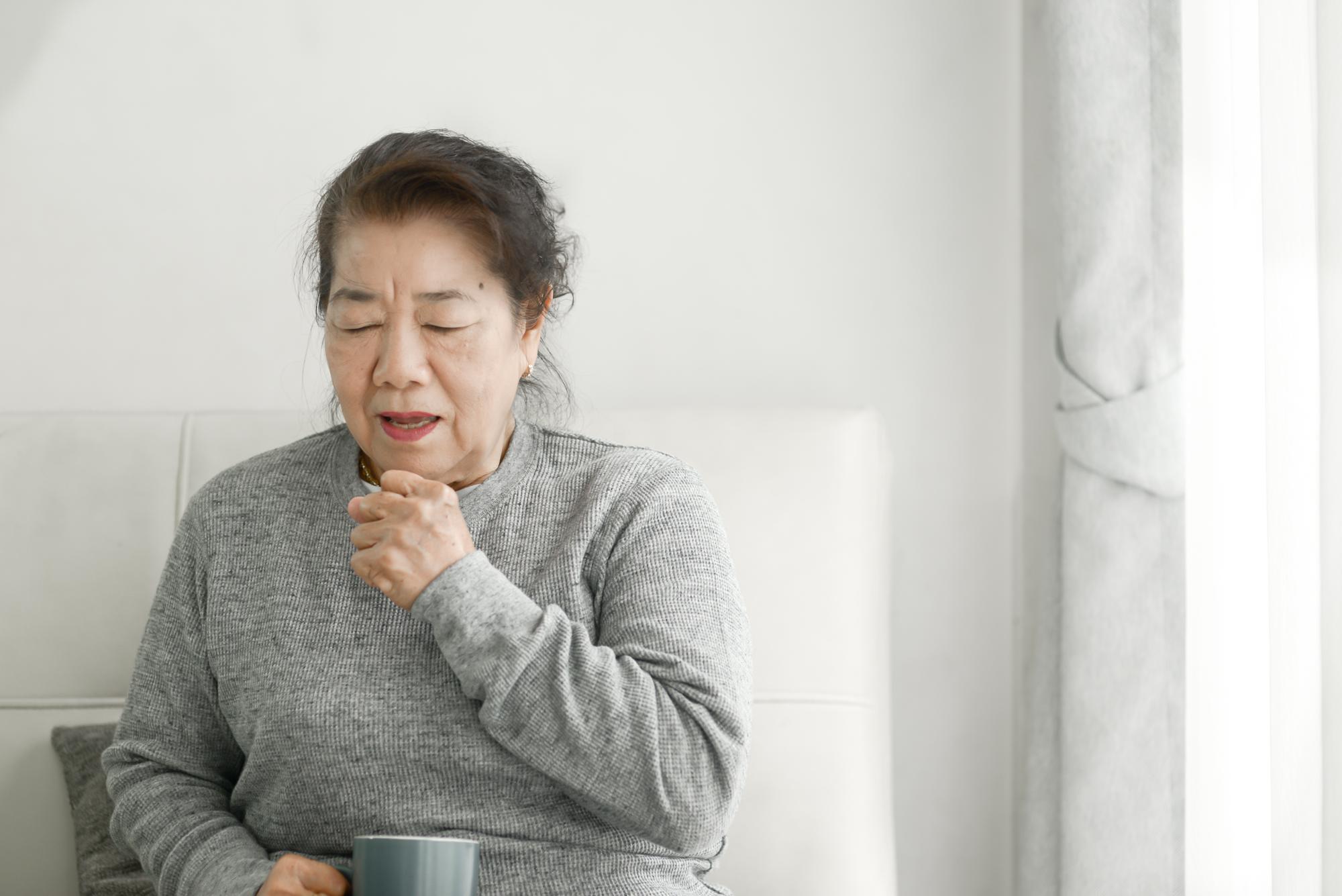 咳をする高齢者の女性