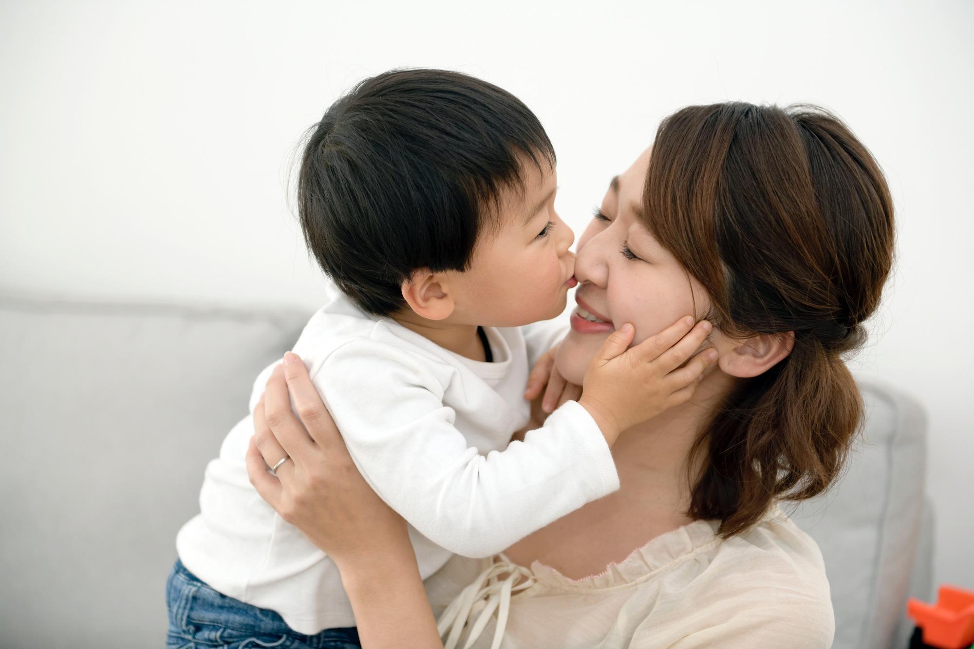 キスをする親子