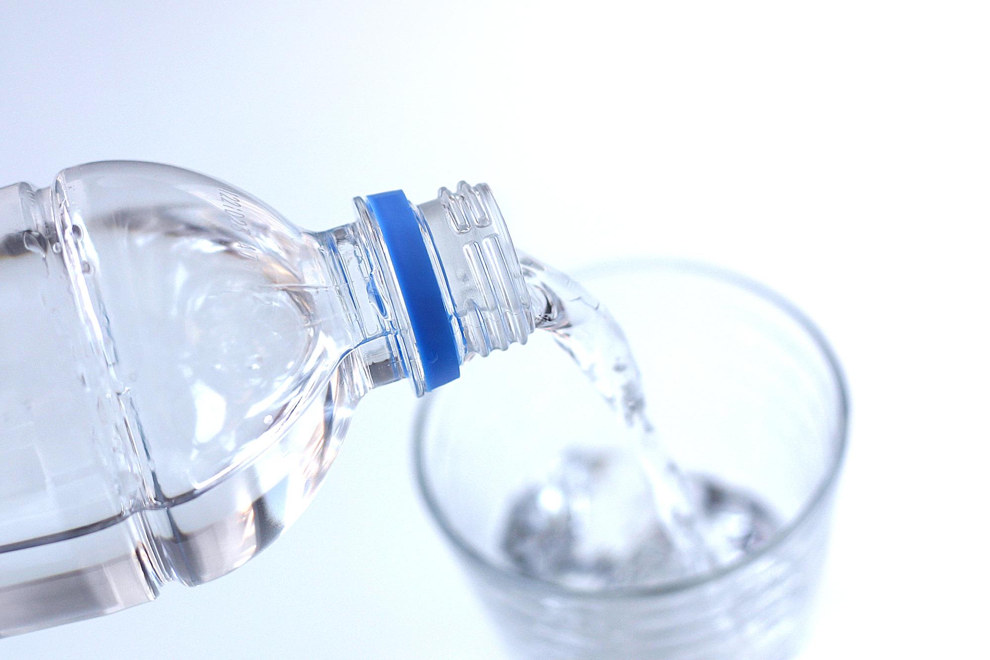 コップに注がれる水