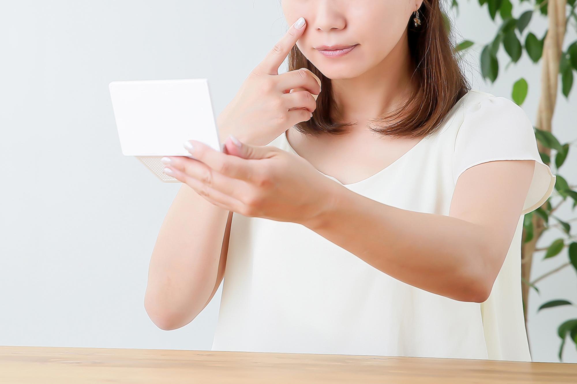 顔に保湿剤を塗る女性イメージ
