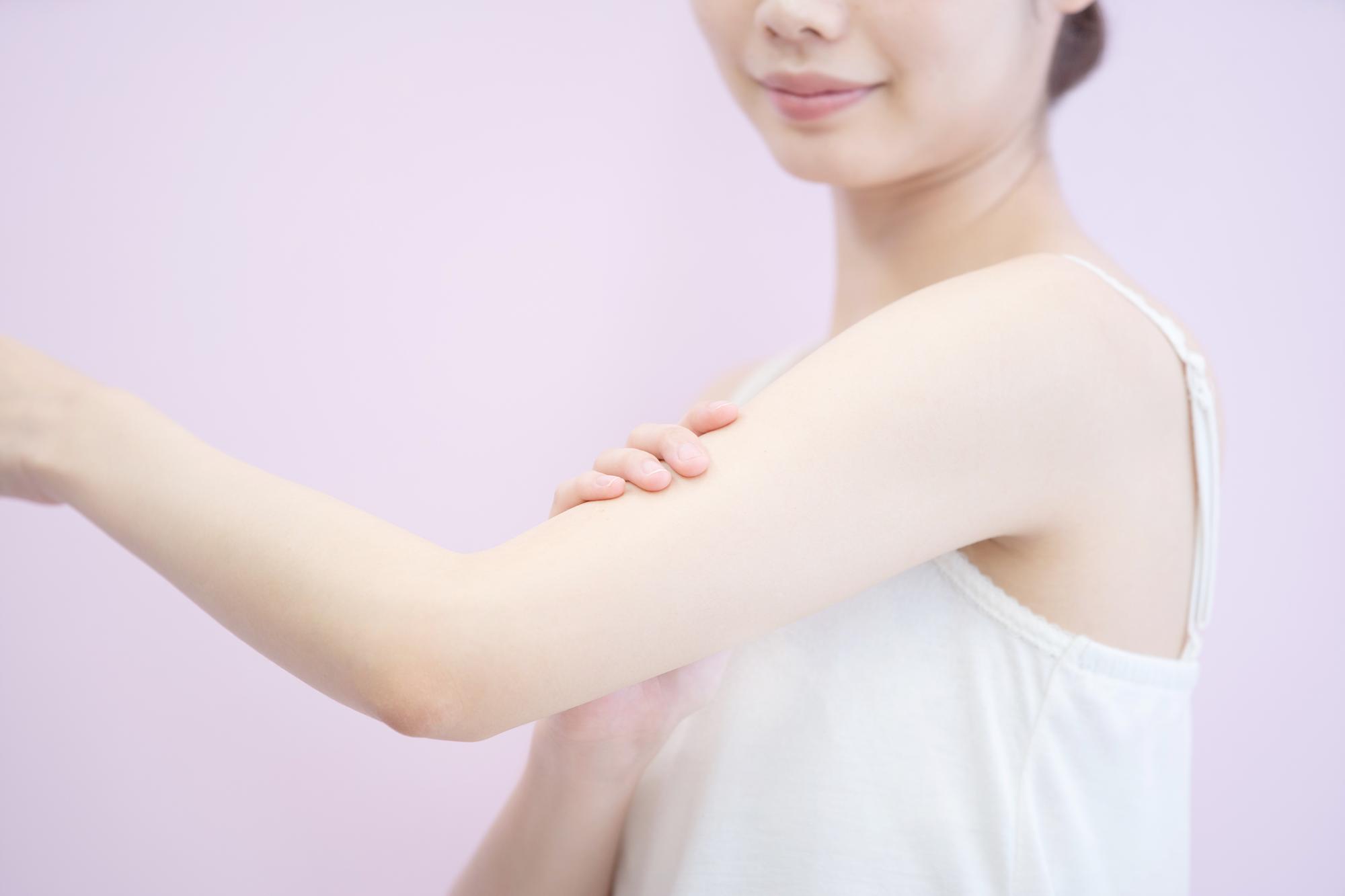肌に保湿剤を塗る女性