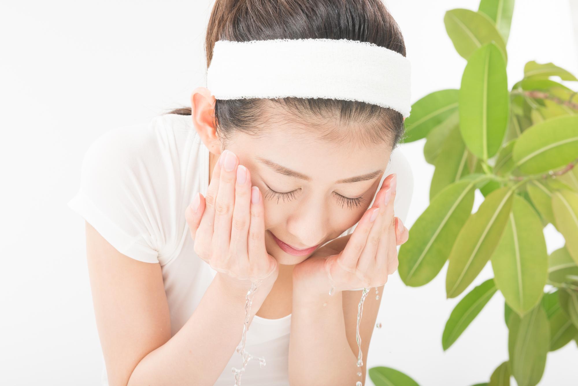 【医師監修】顔の乾燥を解消し、素肌美人になりたい! デリケートな顔の肌を潤す秘訣とは