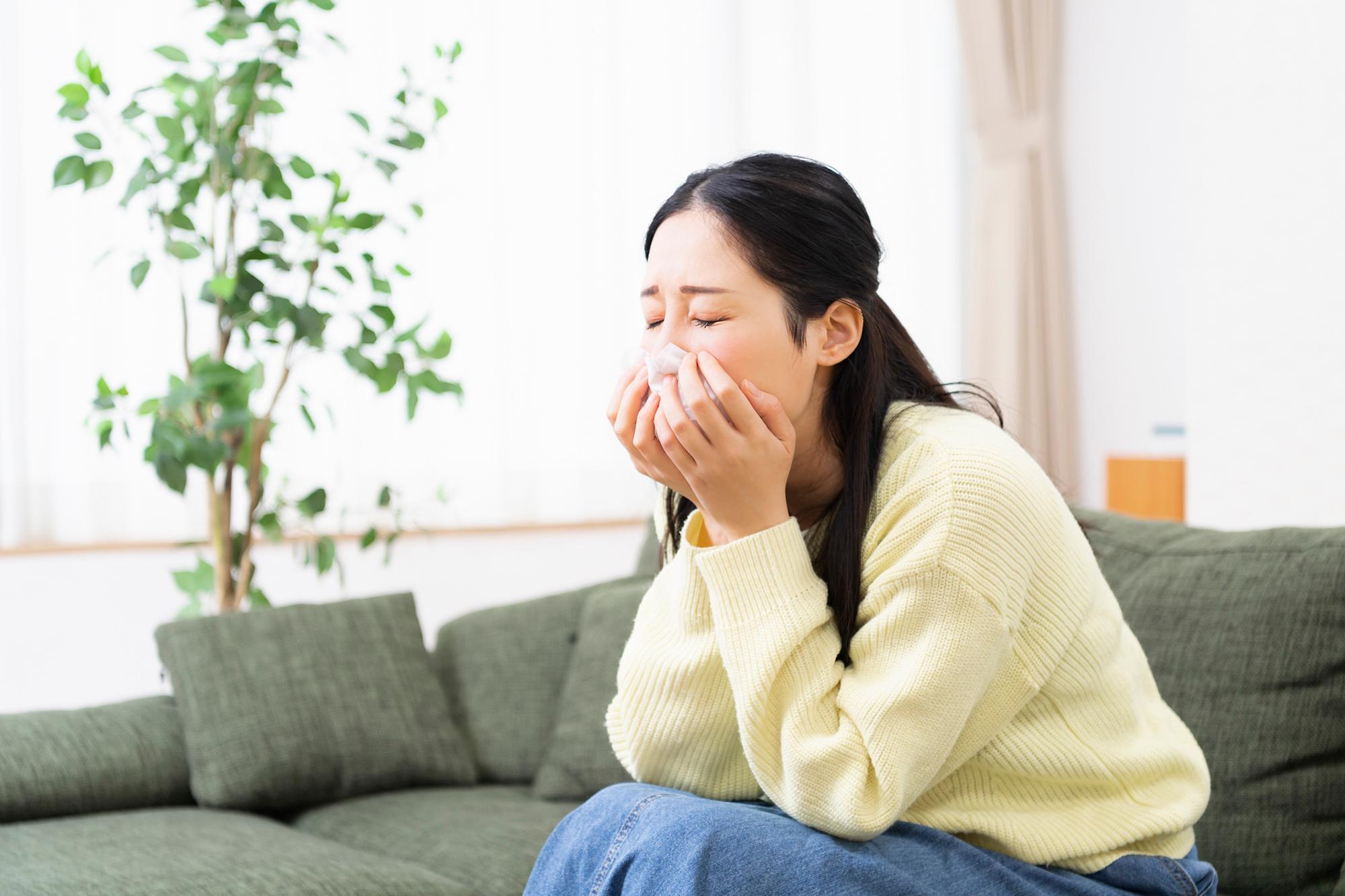 アレルギー性鼻炎に苦しむ女性のイメージ