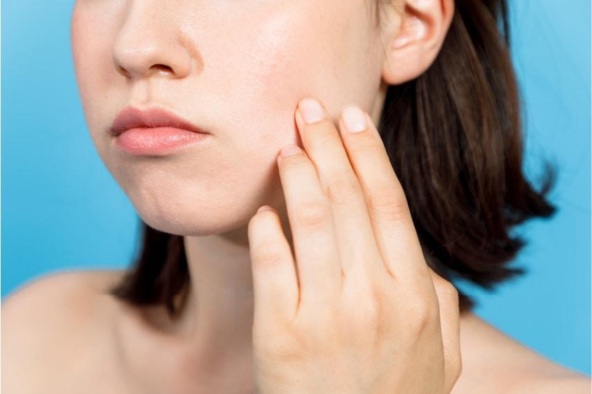 【医師監修】乾燥肌でヒリヒリするときはどうすれば良い?原因や対策を紹介