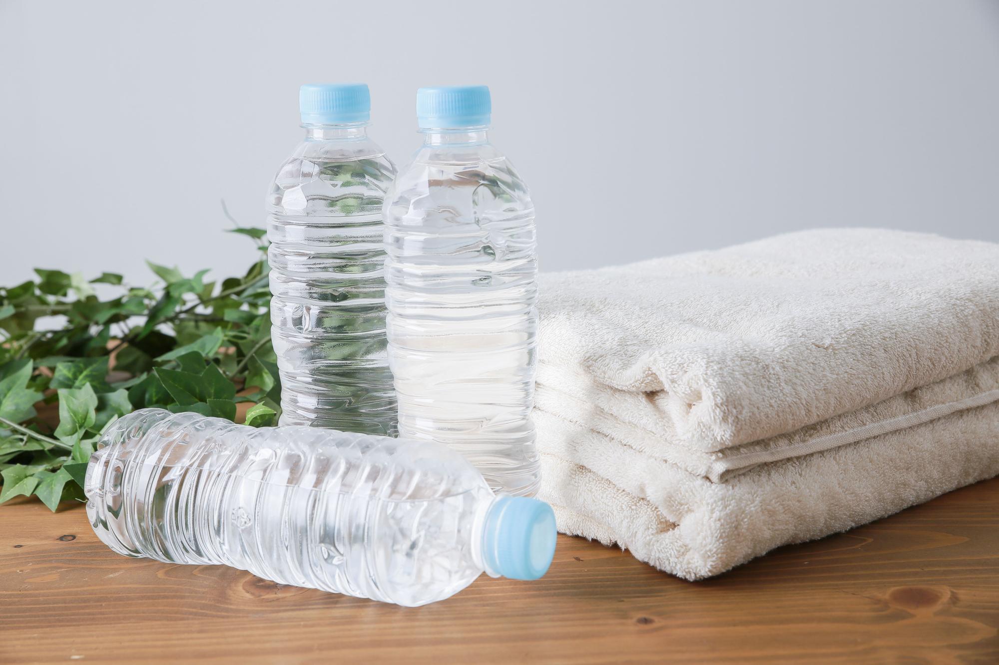 水のペットボトルとタオル