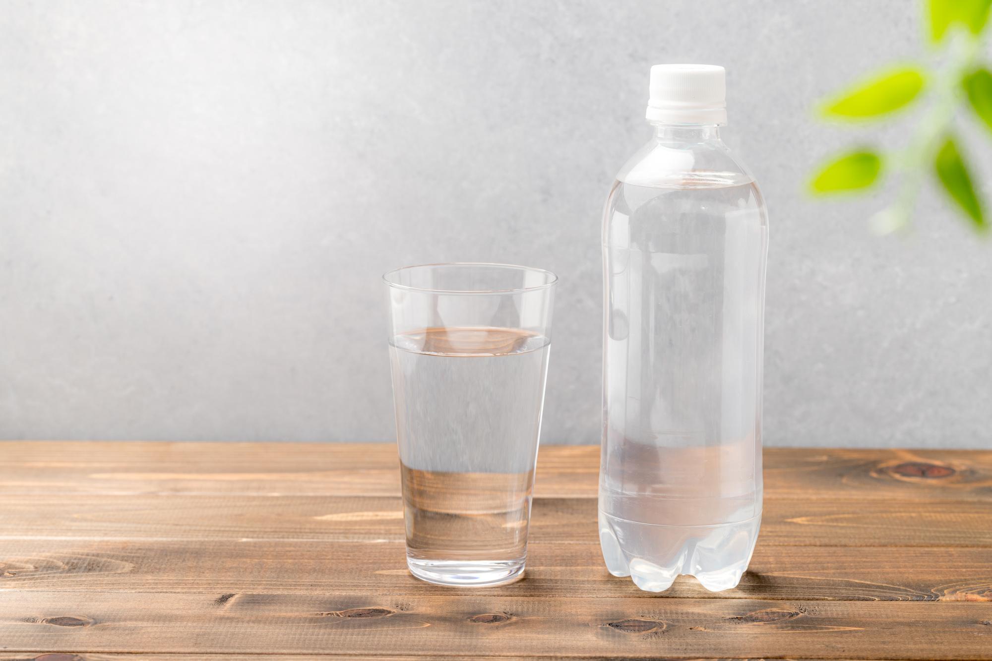 水が入ったコップとペットボトル