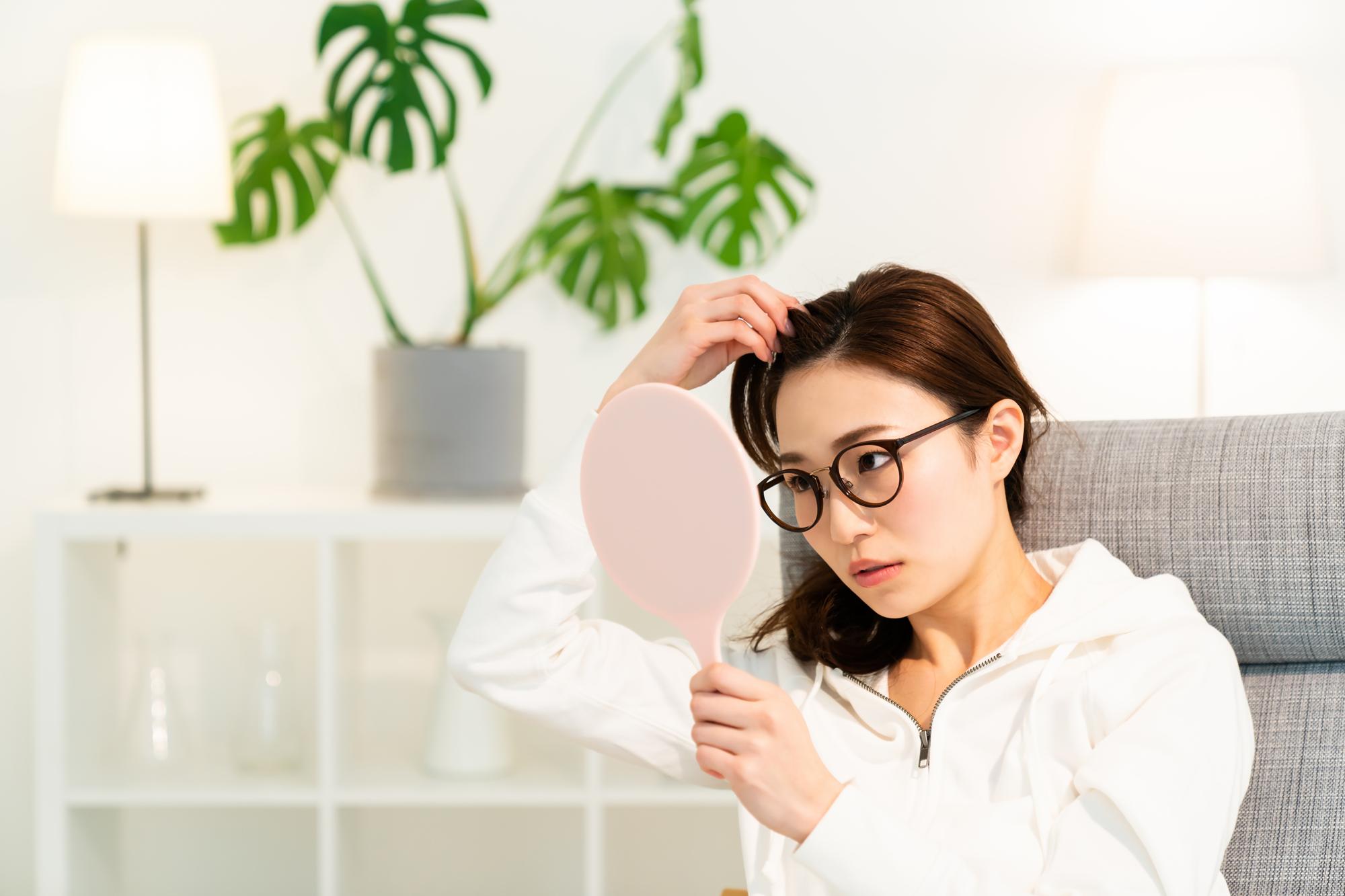 【医師監修】インフルエンザが抜け毛の原因になるってホント? インフルエンザと抜け毛の関係について