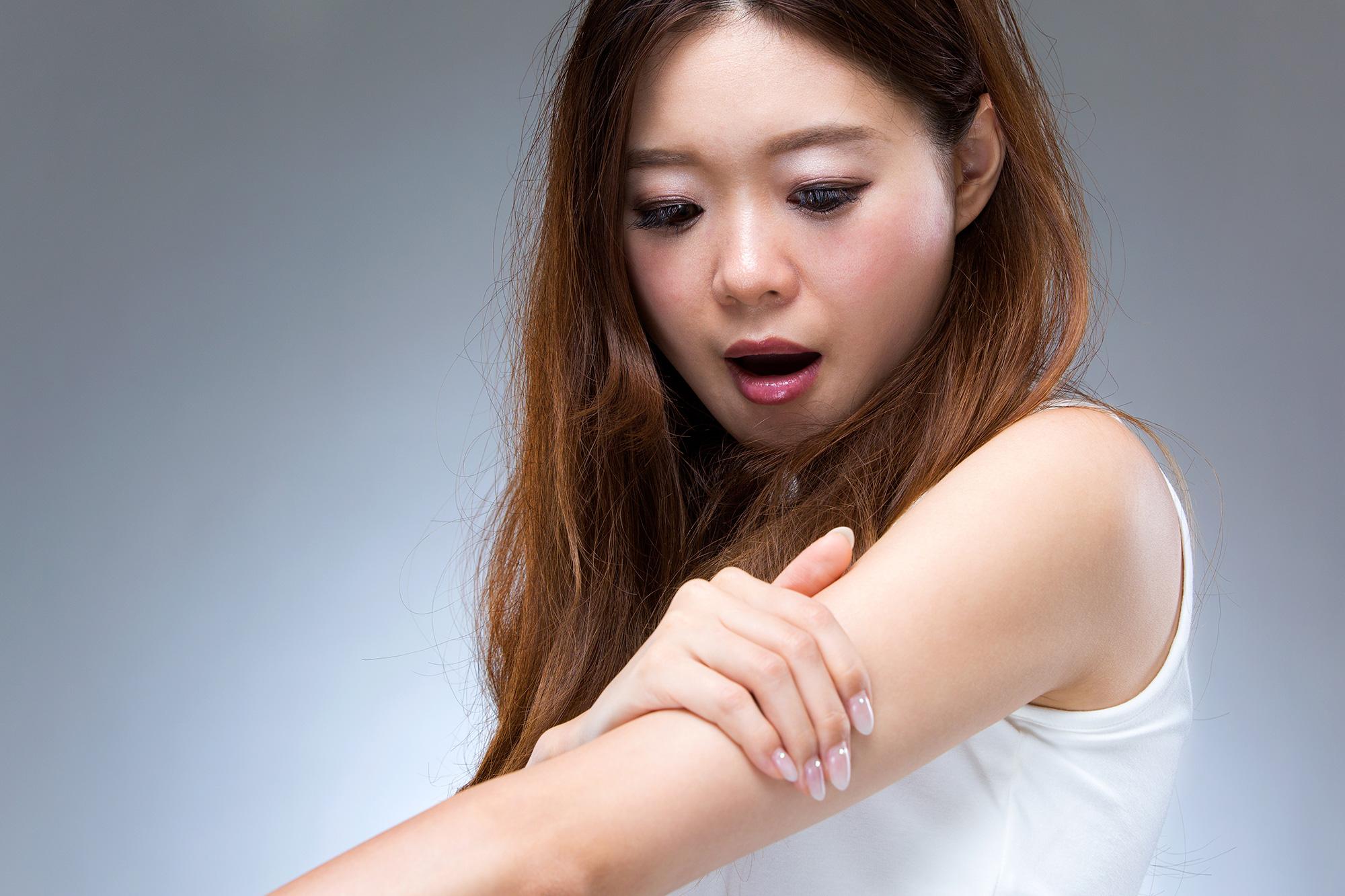 【医師監修】鳥肌のようなブツブツは乾燥肌が原因?疑われる皮膚のトラブルについて解説