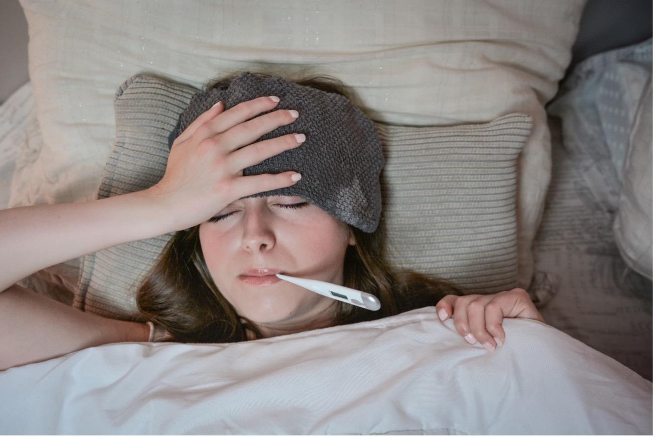 【医師監修】インフルエンザの頭痛の特徴は?症状の適切な対処法や受診のタイミング